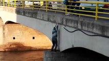 Il se jète d'un pont, lorsqu'on voit pourquoi, impossible de ne pas avoir les larmes aux yeux!