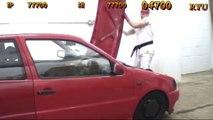 Il détruit une voiture comme dans le bonus Stage du jeu vidéo Street Fighter II