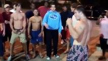 Un mec maigre n'a pas peur de se battre avec un mec musclé (Etats-Unis)