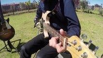 Un ado handicapé joue de la guitare avec une prothèse de bras imprimée en 3D.