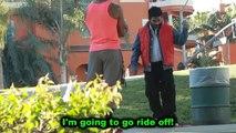 Rahat teste son Hoverboard devant des passants