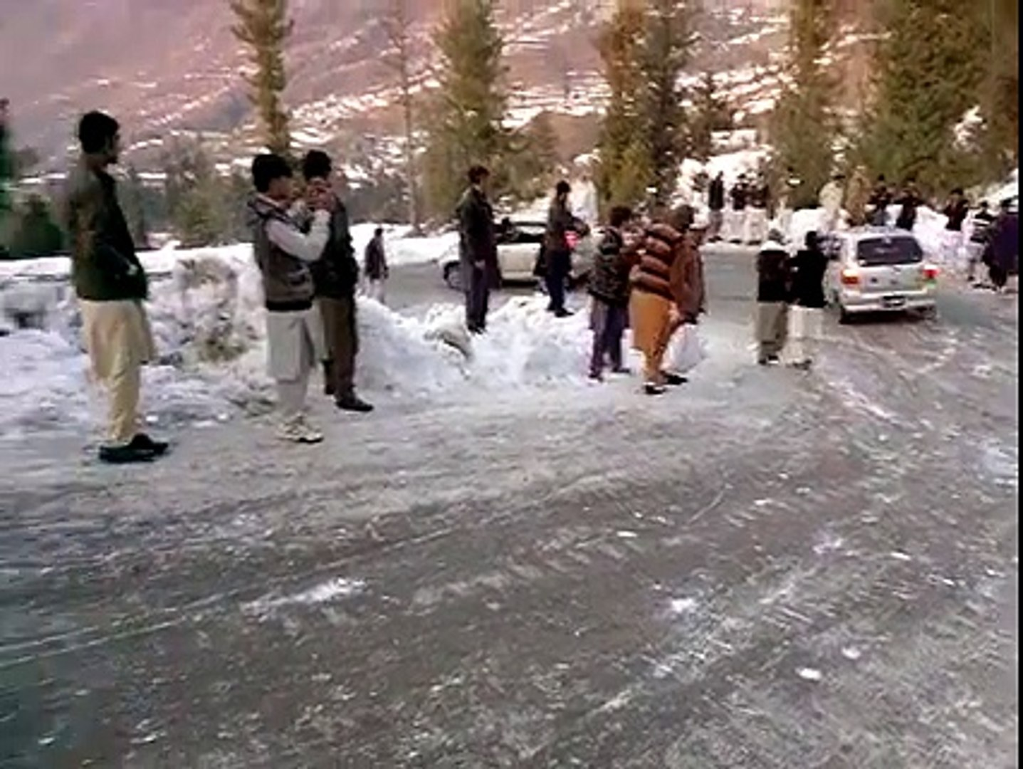 Snowfall in Pakistan - Vehicles Going Out Of Control
