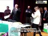 VIDEO. Parthenay - Les cadeaux symboliques de la FNSEA au préfet des Deux-Sèvres