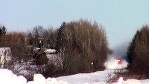 Incroyable! Un train se fraye un chemin dans la neige du Canada