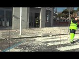 Napoli - Crollo di un cornicione da un palazzo d'epoca sul lungomare -live- (08.02.15)