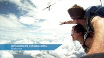Deux parachutistes frôlés par un avion en plein ciel