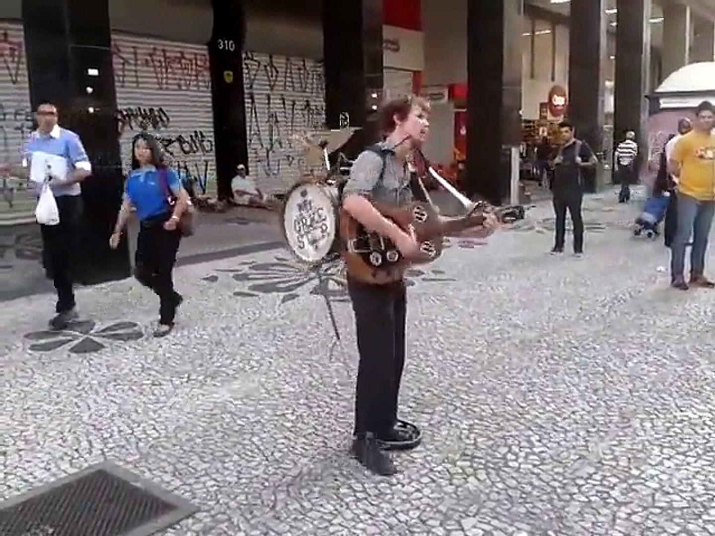 Incredible street performer : Mr Orkester is a talented musician and singer