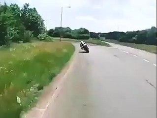 Ça c'est un motard qui met de l'angle !