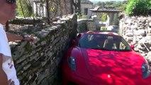 Un homme en Ferrari galère pour passer dans des rues très étroites