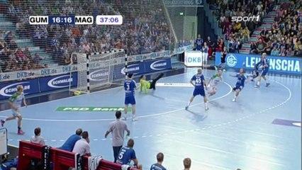 Handball : un gardien qui célèbre un peu trop vite son arrêt