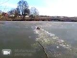 Il saute dans un lac gelé pour y sauver un animal