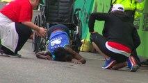 Hyvon Ngetich finit le marathon d'Austin à quatre pattes
