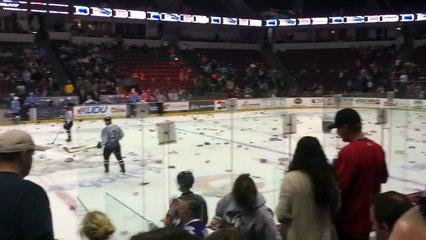 Hockey sur glace - Les supporters lancent leurs sous-vêtements sur la glace