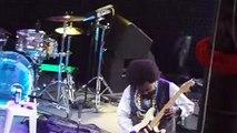 Afroman donne un poing de point à une fan qui est monté sur scène !
