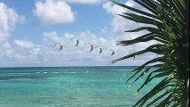 Kite surf sur le lagon devant les villas luxe au bord du lagon en Guadeloupe