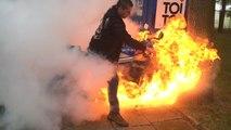 Un idiot met le feu à sa moto pendant un burn