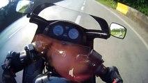 Il tente d'éviter la chute à moto... Mais n'y parvient pas !