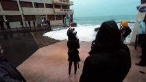 Une journaliste de BFMTV emportée par une énorme vague en direct