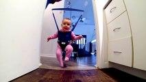 Un bébé danse dans un Jolly Jumper