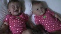 Un bébé fait éclater de rire sa jumelle en faisant des bruits de bouche!