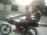 Il tente une figure sur une moto et se ramasse lamentablement