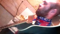 Il casse une guitare sur la tête de son pote
