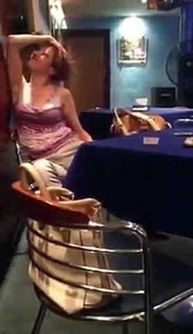Femme complètement ivre danse assise