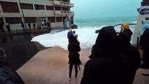 GRANDE MARÉES_ Chute d'une journaliste de BFMTV emportée par une énorme vague en direct à Saint-Malo