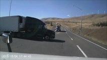 Quand un chauffeur de camion complètement idiot pense qu'il a le temps de passer