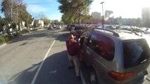 Road rage violent : Un chauffard s'énerve contre un cycliste alors qu'il est en tord!