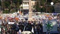 Roma invasa dai manifestanti: leghisti da una parte, anti-leghisti dall'altra. Gli uni contro gli altri, e tutti contro Renzi