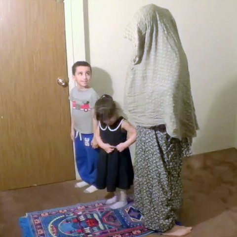 Blague à des enfants pendant une prière