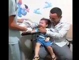 Ce docteur sait s'y prendre avec les enfants. Piqûre sans douleur, le gamin est mort de rire!