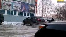 Une femme oublie d'enlever le frein à main dans un parking