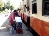 Dans certains pays, le train ne s'arrête pas