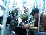 Ce mec lèche ses chaussures dans le métro