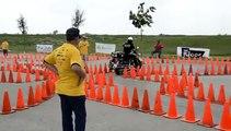 Un motard américain trop fort avec sa moto