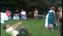 Il danse et tombe dans l'étang, évidemment