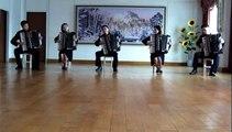 Cinq musiciens font une démonstration d'accordéons