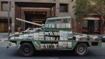 Arme d'instruction massive! Ford Falcon transformée en char de combat, couvert de livres!
