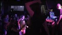 Un DJ s'énerve sur une fan qui veut lui faire un bisou