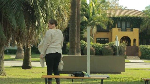Il ouvre une porte dans un parc qui le fait disparaître et fait halluciner les passants