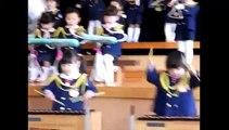 Un jeune enfant de trois ans et demi au xylophone