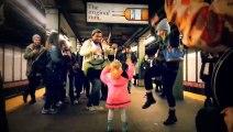 Chouette ambiance dans le métro, une petite fille danse et attire la foule