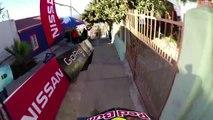 Descente dangereuse en VTT dans les rues d'une ville sud-américaine.