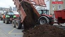 Vannes. Les agriculteurs construisent un talus devant la préfecture
