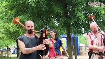 L'enfant et les cornemuses à la fête médiévale de Semur en Auxois