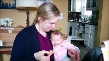 Un bébé plié de rire quand sa maman mange des chips
