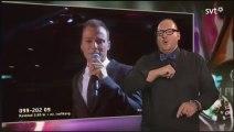 Un interprète en langue des signes vole la vedette d'un chanteur en direct!