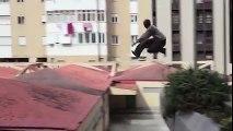 Il saute de toits en toits à toute allure sans aucune erreur